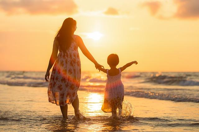 親子で手を繋いで歩く写真