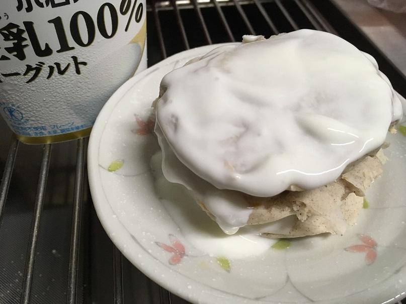 焼きあがったホットケーキを3枚重ね、ヨーグルトを塗っている