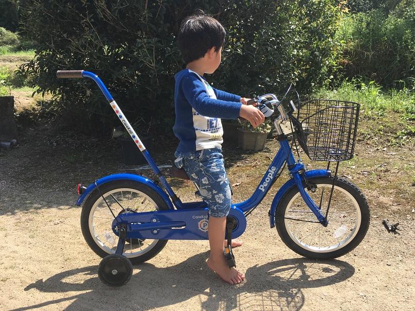少年がが自転車に乗ってい足を地面についている