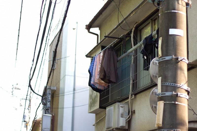 古いアパートに洗濯物が干されている
